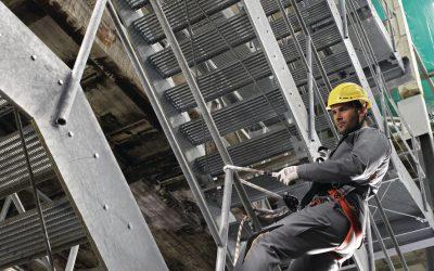 PSA bei Höhenarbeiten: Muss auf einer Hubarbeitsbühne ein Schutzhelm getragen werden?